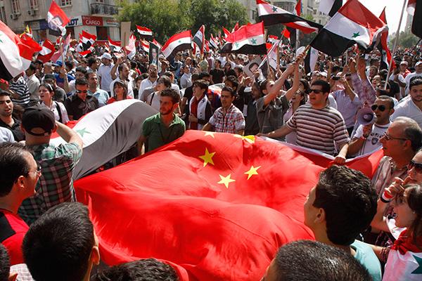 Сирийцы во время демонстрации в поддержку президента Башара Асада выражают благодарность России и Китаю