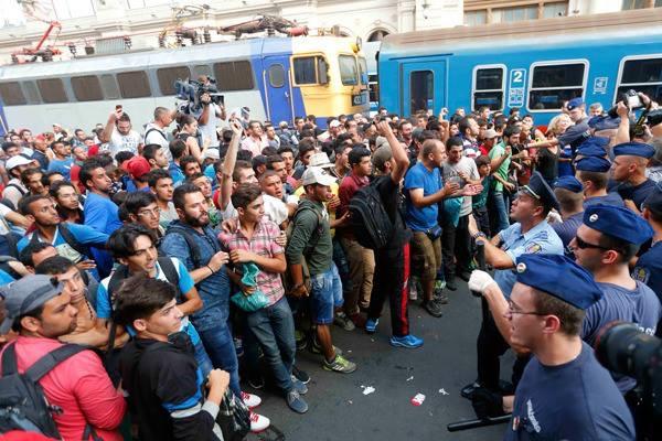 """""""Старушка переполнена"""". Европа завершает первый год """"эры мигрантов"""""""