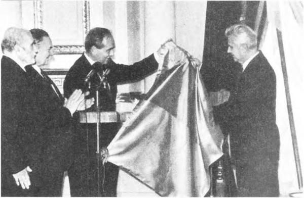 """1992 г., Плавьюк передает Кравчуку флаг """"УНР"""""""