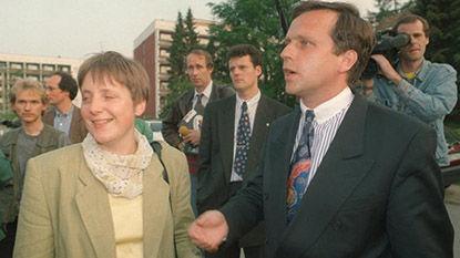 Меркель получает от Краузе (справа) его пост главы ХДС в Мекленбурге в 1993 г.