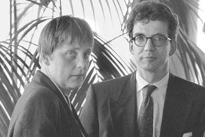 Меркель и Томас де Мезьер на партийном съезде в Мекленбурге в начале 90-х. В свое время не было в Германии более высмеиваемой фигуры, чем неизвестный миру парикмахер Меркель.