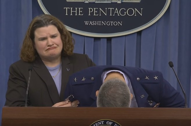 Генерал США упал в обморок после вопроса журналиста