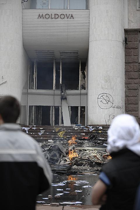 В 2009 году толпа разгромила здание парламента Молдовы и резиденцию президента.