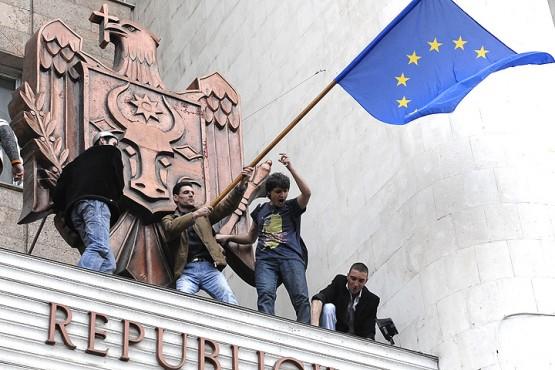 Кишинев, апрель 2009 года. Участники акции протеста против итогов парламентских выборов на козырьке здания парламента.