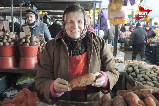 Бабушка Мария продает настоящую молдавскую морковку.