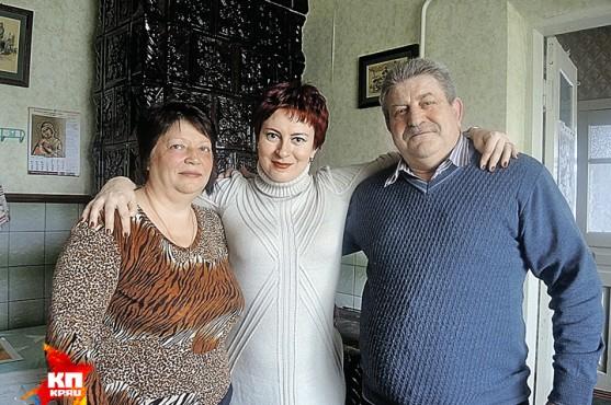 Дарья Асламова (на фото в центре) в гостях у молдавских фермеров Федора и Ольги Горбуляков. Селяне признались, что больше не поведутся на призывы интегрироваться в Европу.