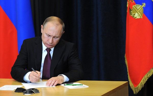 """Прибалтика: """"Куришь, пьешь и не женат – это Путин виноват!"""""""