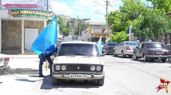По исторической части города несколько раз проехала колонна машин с голубыми крымско-татарскими флагами, клаксоны немного погудели, но быстро стихли