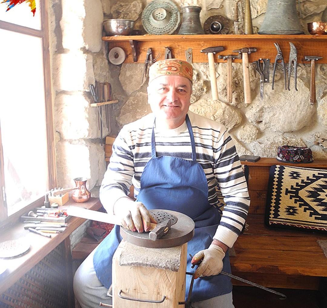 В Бахчисарае есть чудесный музей народного быта, основанный крымско-татарской семьей по фамилии Дервиш. Отец в кожаном фартуке кует сувениры на продажу, сын водит экскурсию