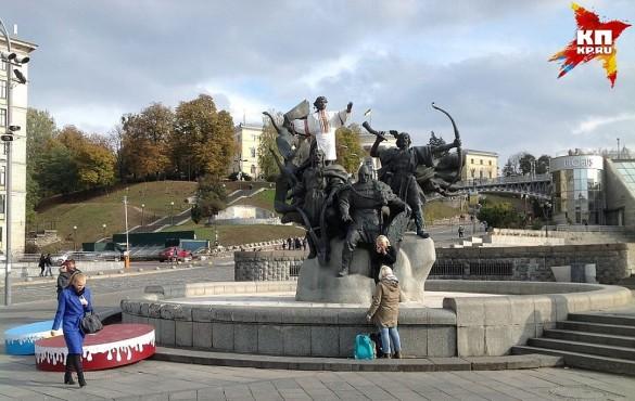 Жители Киева нарядили памятник