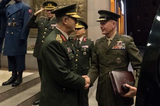 Начальник Объединенного комитета начальников штабов ВС США Джозеф Данфорд и начальник Генштаба Вооруженных сил Турции Хулуси Акар договорились, как освобождать Ракку.