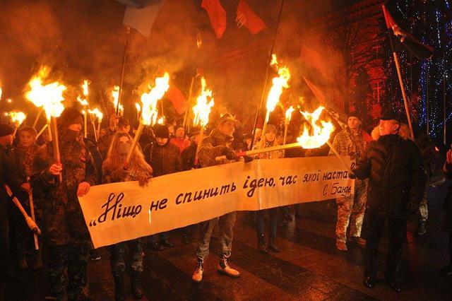 Клянемся сжечь Кремль: в Киеве нацисты жгли факелы в честь Степана Бандеры