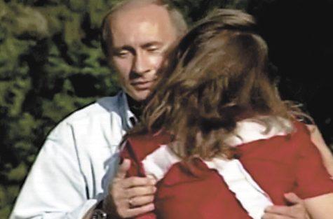 Мария Дрокова целует Владимира Путина.