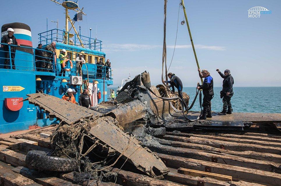 Строители моста через Керченский пролив подняли со дна самолет времен ВОВ