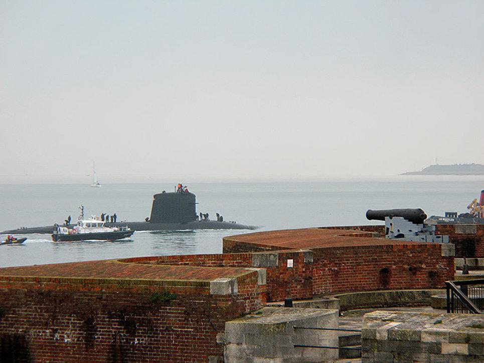 Французская атомная подводная лодка класса Rubis Amethyste движется в сторону военно-морской базы Портсмут, Великобритания