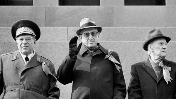 Министр обороны СССР Дмитрий Устинов (1908–1984), генеральный секретарь ЦК КПСС Юрий Андропов (1914–1984) и председатель Совета Министров СССР Николай Тихонов (1905–1997) (слева направо).