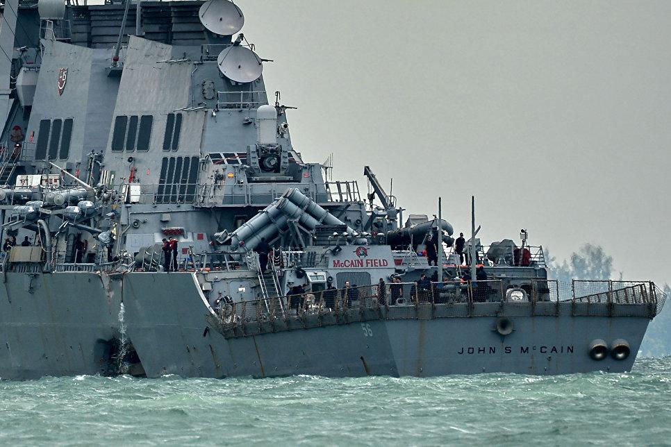 """Эсминец ВМС США """"Джон Маккейн"""" после столкновения с торговым судном. 21 августа 2017"""