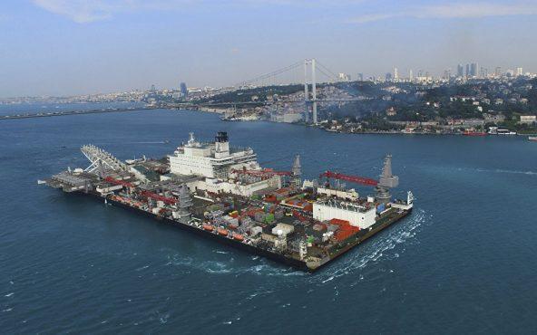 Судно Pioneering Spirit пересекает пролив Босфор в Стамбуле.