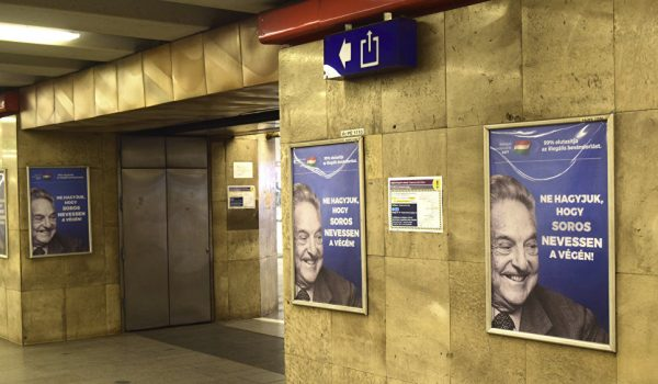 Плакаты с изображением Джорджа Сороса в метро Будапешта