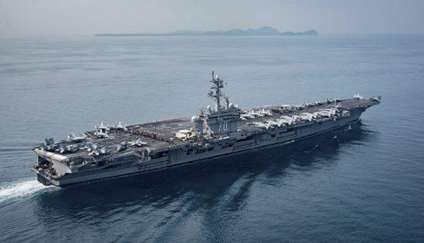 USS Carl Vinson пересекает пролив Сунда между индонезийскими островами Ява и Суматра