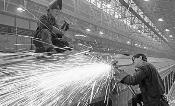 Рабочие Рижского вагоностроительного завода сваривают детали вагонов в сборочном цехе