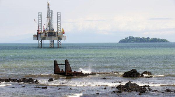 Нефтяная буровая платформа, Камерун, Африка globallookpress.com © Reinhard Marscha/http://imagebroker.com
