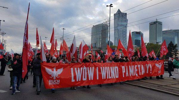 Плакат с надписью «Помним о Львове и Вильнюсе» / Фото: politnavigator.net