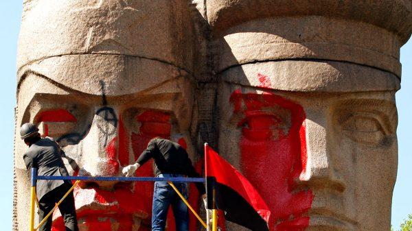 Осквернение памятника в Киеве. Фото: www.globallookpress.com