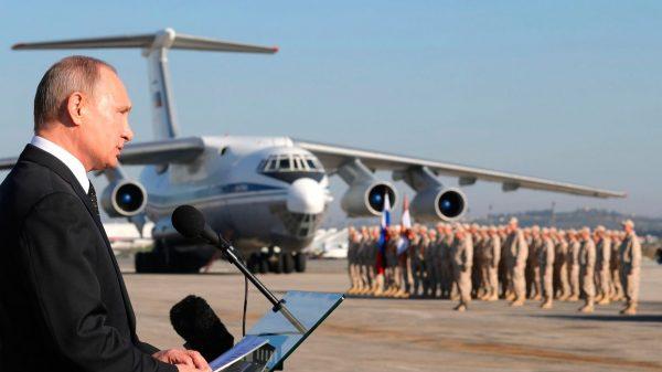 Президент России В. Путин на базе Хмейним. Фото: www.globallookpress.com