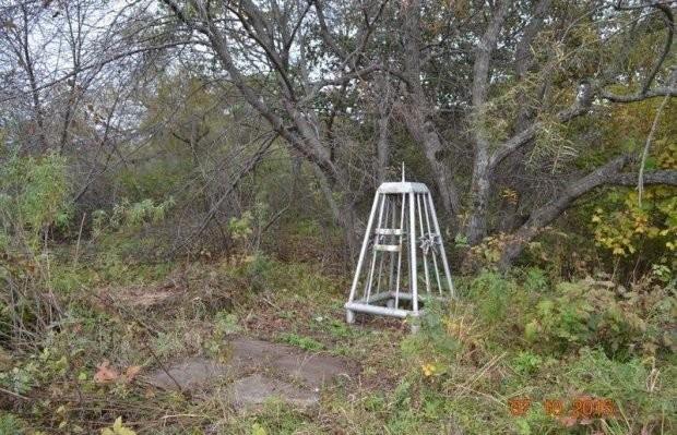 Всё, что осталось от братской могилы лётчиков, погибших в 1950 году на Сухой Речке. Официально потерь нет — только заброшенные братские могилы. Фото: © wikimapia.org